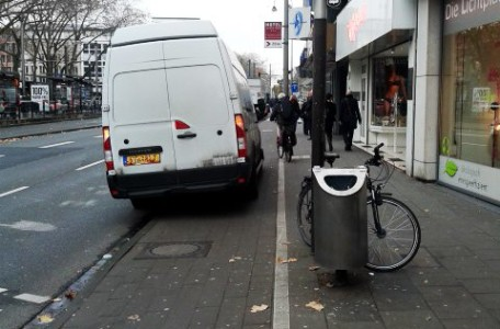 Lieferverkehr parkt auf Radweg in Köln